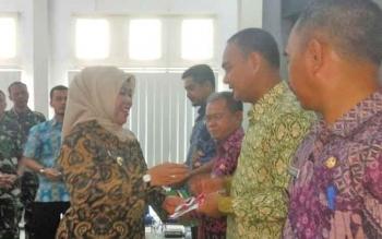 Bupati Kobar Nurhidayah menyerahkan buku panduan penyusunan ADD bagi para Camat dan Kades se- Kobar