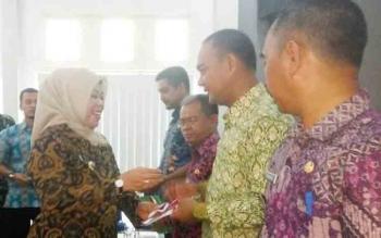 Bupati Kobar saat menyerahkan buku panduan penyusunan laporan pertanggungjawaban ADD bagi para Camat dan Kades se-Kobar