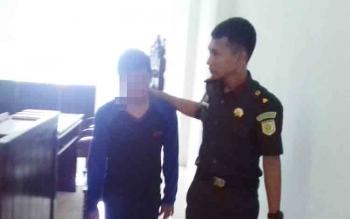 SP, 16, terdakwa kasus pencurian saat digiring jaksa di Pengadinal Negeri Sampit, Kamis (23/11/2017).