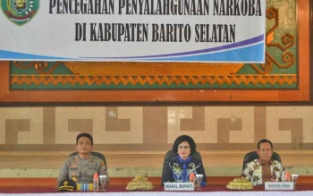 Wakil Bupati Barsel Satya Titiek Atyani Djoedir (tengah) didampingsi Sekda, Edi Kristianto dan Wakapolres barsel, Kompol Anak Agung Gde Wirata