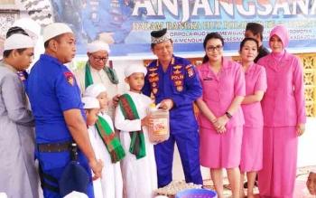 Dirpolair Polda Kalteng Kombes Pol Badarudin bersama istri saat menyerahkan sebagian bantuan kepada santri dengan Panti Asuhan Putra Borneo, Kamis (23/11/2017).