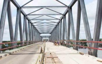 Jembatan Pulau Telo yang sedang dalam pengerjaan rehabilitasi. Selama perbaikan, akses jalan menggunakan sistem buka tutup satu jalur.