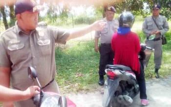 Petugas Satpol PP Kota Palangka Raya menggelar razia KTP, Kamis (23/11/2017)