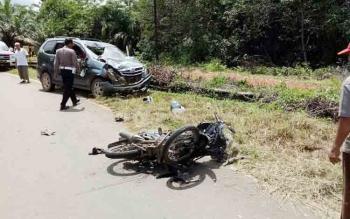 Salah satu korban kecelakaan saat hendak dievakuasi warga untuk dibawa ke RSUD dr Murjani, Kamis (23/11/2017)