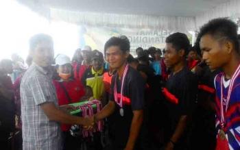 Ketua Harian KONI Kapuas Ade menyerahkan mendali Emas kepada kontingen dayung Kecamtan Selat sebagai juara 1 dayung nomor 1000 meter di Pelabuhan Danumare Kamis(23/11/2017) Siang.
