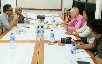 Wakil Bupati Gunung Mas, Rony Karlos (kiri) berbincang dengan pimpinan Yayasan Tambuhan Sinta, Kamis (23/11/2017)