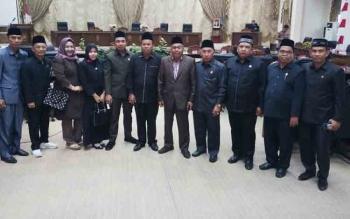 Sejumlah anggota DPRD Barito Utara berfoto bersama seusai rapat paripurna di Gedung DPRD Barut, Kamis (23/11/2017)