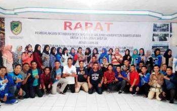 Kepala Disbudparpora Barito Utara H Arbaidi (duduk di tengah) bersama anggota Paskibraka foto bersama sebelum keberangkatan ke Balikpapan Kalimantan Timur