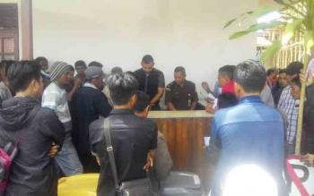 Warga menunggu antrean pengambilan berkas pembayaran tilang di halaman kantor Kejaksaan Negeri Kapuas.