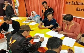 Anggota KPU Kota Palangka Raya, Wawan Wiraajmaja (kanan) saat melihat berkas yang diserahkan oleh Parpol untuk diverifikasi, Rabu (22/11/2017) malam