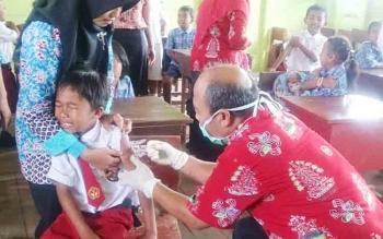 Puskesmas Kumpai Batu Atas menggelar Bulan Imunisasi Anak Sekolah di SD Negeri 2 Kumpai Batu Bawah, Kamis (23/11/2017)
