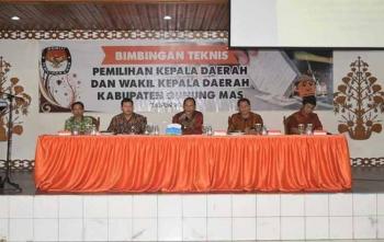Bupati Gunung Mas Arton S Dohong memberikan arahan saat bimbingan teknis di GPU Tampung Penyang, Kuala Kurun, Kamis (23/11/2017)