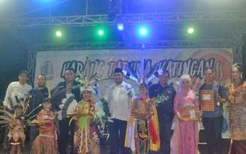 Anggota DPR RI asal Kalteng Rahmad Nasution Hamka didampingi anggota DPRD Katingan Fahmi Fauzi dan Ketua Karang Taruna Katingan Lutfi Fauzi foto bersama dengan pemenang fashion show, Kamis (23/11/2017) malam.