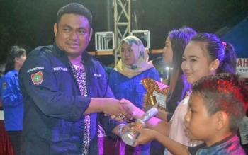 Anggota DPR RI dapil Kalteng yang juga Ketua Dewan Pembina Karang Taruna Kalteng Rahmat Nasution Hamka menyerahkan hadiah kepada pemenang festival musik, Kamis (23/11/2017) malam.