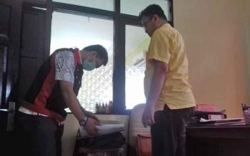 Kasi Pidana Khusus Kejari Kotim, Hendriansyah saat memimpin penggeledahan di kantor BPN Kotim.