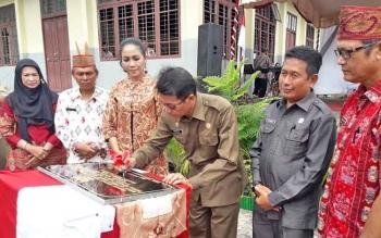 Bupati Mura Perdie M Yosep menandatangani prasasti saat peresmian BLK, Kamis (23/11/17)