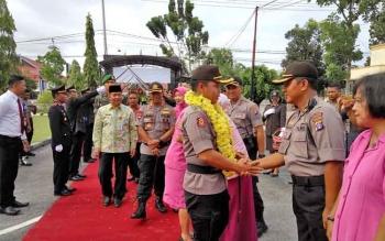 Kapolres Palangka Raya yang baru AKBP Timbul Rein Krisman Siregar menyalami para perwira dan personel Polres, Jumat (24/11/2017).