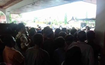Ratusan pelanggar yang dikenai sanksi tilang antre mengambil barang bukti di Kejari Kotim, Jumat (24/11/2017).