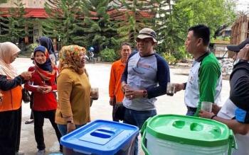 Bupati Kobar Nurhidayah berbincang bersama anggota Relawan Bersatu seusai bergotong royong membersihkan lingkungan SMP 1 Pangkalan Bun, Jumat (24/11/2017)