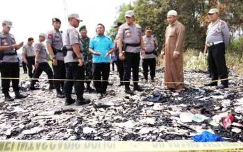 Kapolda Kalteng Brigjen Pol Anang Revandoko meninjau lokasi panti asuhan Ayah Bunda yang terbakar.