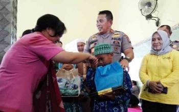Kapolda Kalteng, Brigadir Jenderal Anang Revandoko bersama istri menyerahkan bantuan ke anak Panti Asuhan Ayah Bunda, Jumat (24/11/2017).