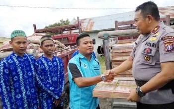 Kapolda Kalteng, Brigadir Jenderal Anang Revandoko menyerahkan keramik secara simbolis. Senin nanti, proses pembangunan dimulai.