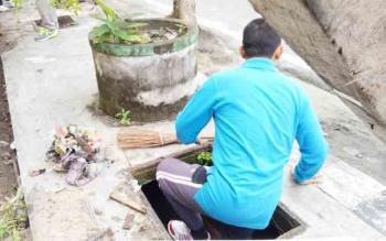 Kerja bakti ASN membersihkan selokan di sekitar Lapangan Koramil Sumamara.