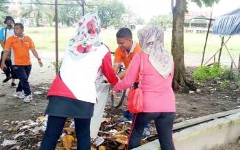 ASN saat melakukan kegiatan kerja bakti di Lapangan Koramil Sukamara.