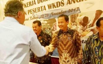 Wakil Bupati Lamandau H Sugiyarto (batik cokelat), saat bersalaman dengan Sekretaris Jenderal Kemenkes RI Untung Suseno Sutardjo seusai menandatangani nota kesepahaman bersama perihal WKDS di Hotel Redtop, Jakarta, Kamis (23/11/2017)