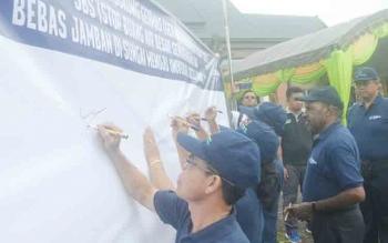 Bupati Sakariyas menandatangani komitmen untuk mendukung program Gerakan Masyarakat Hidup Sehat pada peringatan Hari Kesehatan Nasional ke-53, Jumat (24/11/2017).