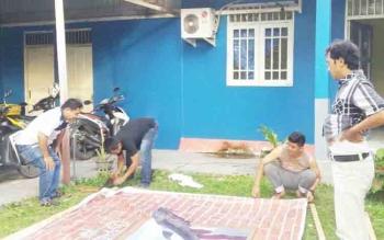 Sejumlah anggota Karang Taruna saat mempersiapkan bahan untuk dibawa ke Bulan Bakti Karang Taruna Provinsi Kalteng.