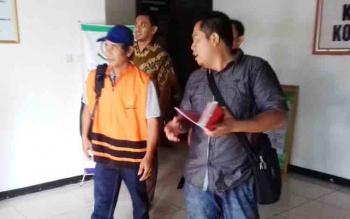 Selwinoto (rompi orange) tersangka kasus korupsi ADD dan DD saat digiring penyidik.