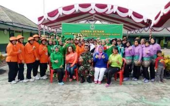Ketua Persit Kartika Chandra Kirana Cabang XXXVII Kodim 1011/KLK Kuala Kapuas Ny. A Sayikhu S.Ag bersama Dandim 1011/KLK Letkol Inf A Syaikhu, S.Ag