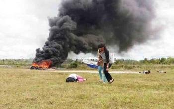 Sebuah pesawat terbakar dalam simulasi yang digelar Bandara Sanggu, Kabupaten Barito Utara, Jumat (24/11/2017) sore