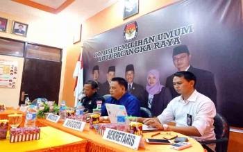Tiga komisioner KPU Kota Palangka Raya, Eko Riadi, Harmain Ibrohim, dan Sastriadi dari kiri ke kanan sedang melakukan pertemuan dengan para pihak terkait akan dimulainya penerimaan berkas dukungan calon independen, Jumat (24/11/2017) sore ini