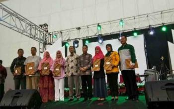 Perwakilan mahasiswa IAIN Palangka Raya foto bersama seusai mendapatkan piagam penghargaan diajang IIEE 2017 di Bumi Serpong Damai, Tanggerang, Jumat (24/11/2017) sore