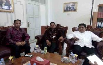 Rektor IAIN Palangka Raya, DR Ibnu Elmi AS Pelu (kanan) bersama dua panitia IIRF memberikan keterangan pers, Jumat (24/11/2017) sore