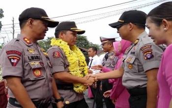 Kapolres Palangka Raya AKBP Timbul Rein Krisman Siregar didampingi pejabat lama AKBP Lili Warli memasuki mapolres, Jumat (24/11/2017)