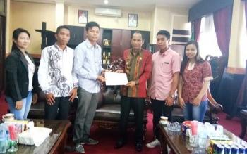 Perwakilan mahasiswa Gumas menyerahkan petisi ke Bupati Gumas Arton S Dohong, beberapa hari lalu.