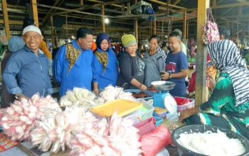HM Syairi dan Achmad Ramliansyah saat berlusukan di Pasar Saik Sukamara