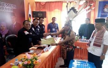 Ketua KPU Kota Palangka Raya, Eko Riadi secara simbolis menerima dokumen dukungan dari pasangan Yuliastry-Munir, Sabtu (25/11/2017) pukul 08.30 WIB