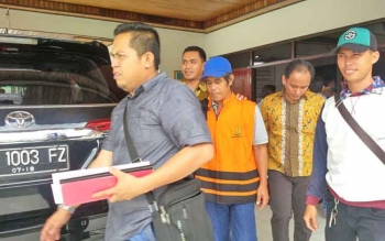 Penyidik menahan Selwinoto (rompi orange) tersangka kasus DD dan ADD.