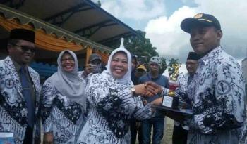Bupati Kobar Nurhidayah menyerahkan piala kepada pemenang lomba dalam rangka HUT PGRI.