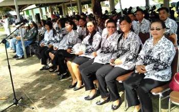 Guru di Pulang Pisau mengikuti upacara peringatan Hari Guru Nasional.