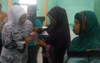 Bupati Kobar Nurhidayah menyerahkan bantuan sosial Program Keluarga Harapan secara simbolis kepada warga Kecamatan Kumai, Sabtu (25/11/2017).