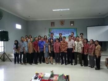 Kabid Pembinaan SD dan SMP Hendrie (tengah) saat bersama sejumlah pejabat Disdikbud Gunung Mas dan peserta kegiatan Penyebarluasan Sosialisasi Informasi Pendidikan Dasar, di Kuala Kurun, Jumat (24/11/2017) sore.