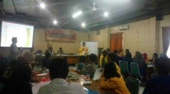 Peserta forum diskusi pengawasan pemilu partisipatif sedang menyampaikan paparan dalam FGD yang digelar Panwaslu Kabupaten Kobar, Sabtu (25/11/2017).