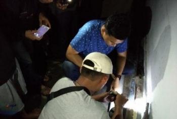 Kasat Narkoba Polres Kotim AKP Yonals Nata Putra saat memeriksa bong sabu yang berserakan di lantai dua Wisma Har.