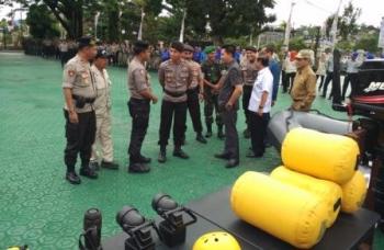 Bupati Barito Utara, H Nadalsyah bersama instansi terkait memeriksa peralatan dalam penanganan banjir di Barito Utara.