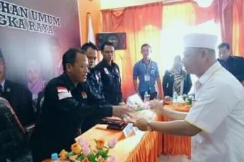 Rusliansyah saat menyerahkan berkas pencalonan kepada Ketua KPU Kota, Sabtu (25/11/2017).